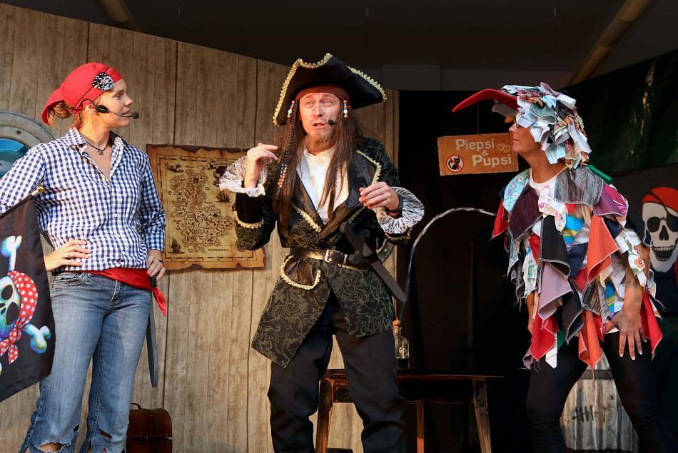 """Die Beeckbachbühne führte das Kindertheaterstück """"Der Schatz des Käpt'n Klaas"""" auf. Markus Schlaak in der Hauptrolle des Käpt'n gefiel ebenso wie seine Mitakteure. FOTO: Jürgen Laaser"""